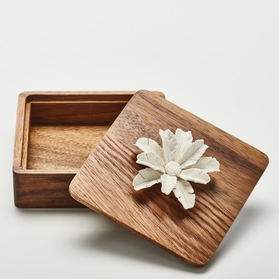 Tuka | Decorative box with  porcelain flower